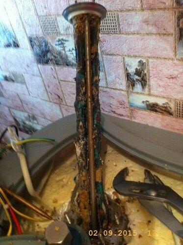 Такой у нас источник электрического пробоя через воду, корпус и по трубам до земли