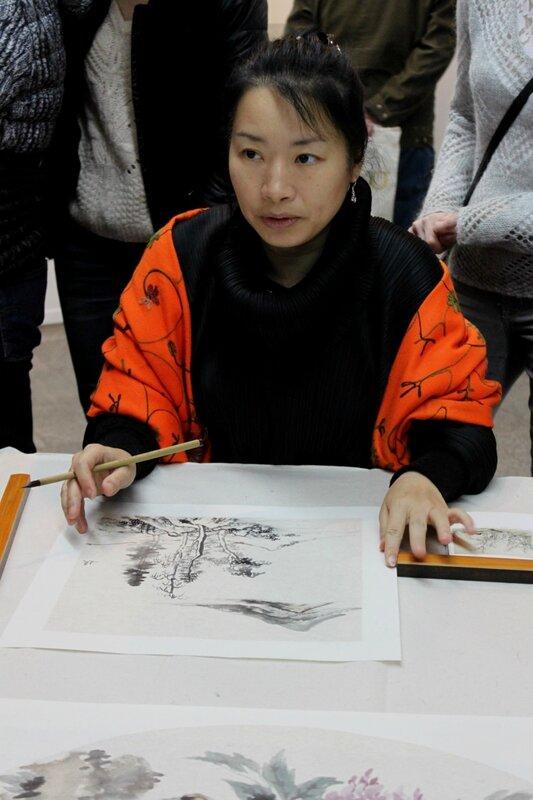 Мастер китайской живописи за работой