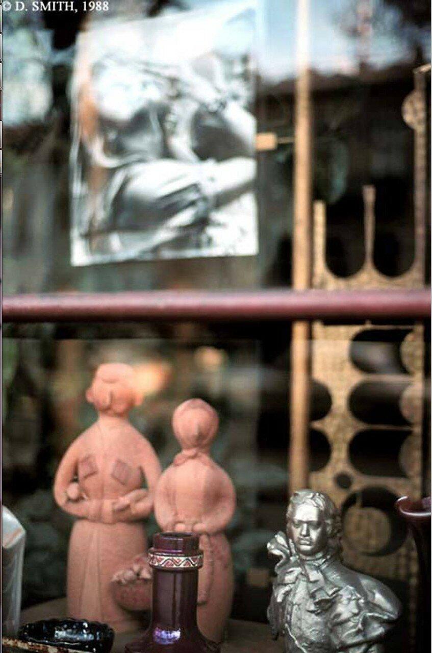Тбилиси. Бюст Петра Великого и глиняные фигурки грузин на витрине по улице Руставели