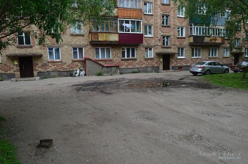 Фотография Инты №8091  Дворы домов по Воркутинской 6 и 8 (вид от северо-западного угла 6-го дома) 02.07.2015_17:17