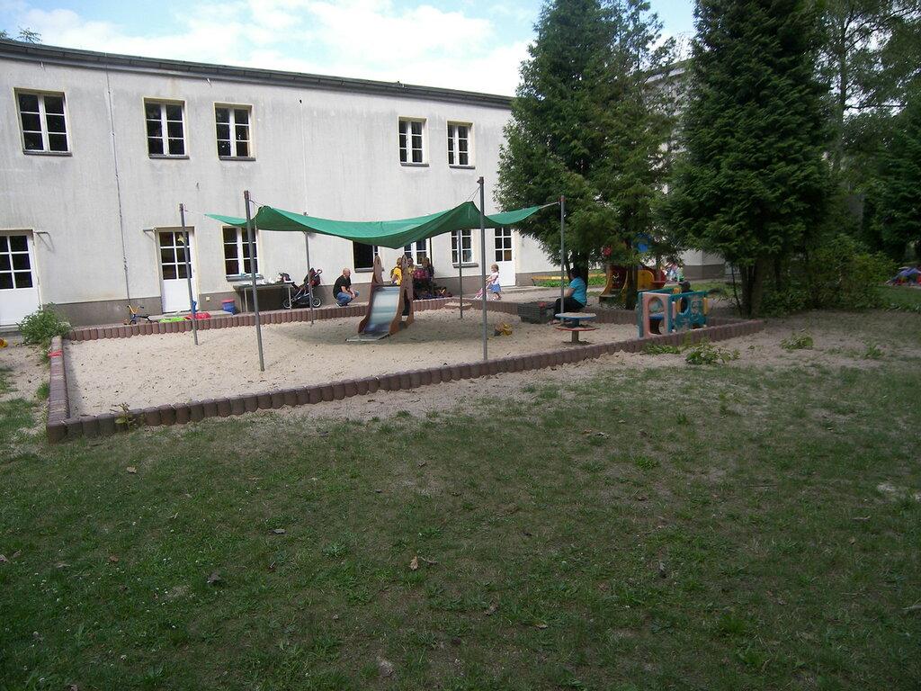 2015-07-15  Berlin (Alt-Tegel) - внутренний двор типичного детского сада. Примерно так было в 60-х в д/с, в котором рос сам в/ч 30184 (г.Моздока), к концу 70-х в том же д/с было уже голо и несколько пустынно-запущено :(
