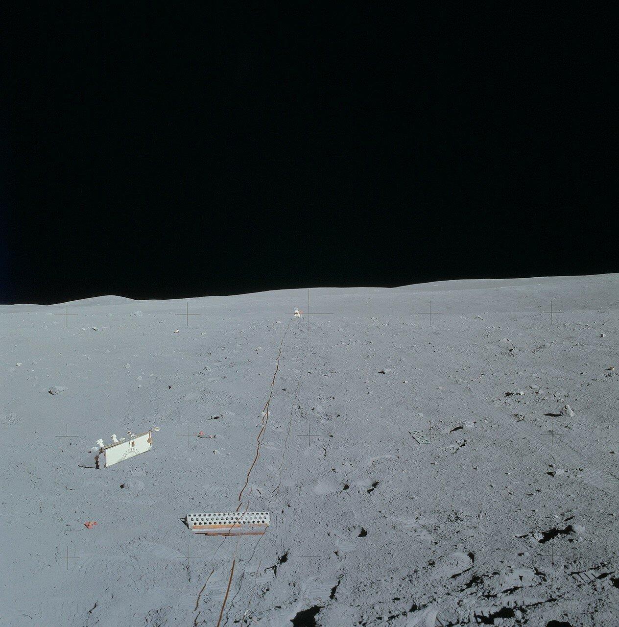 Затем оба астронавта протянули кабель с тремя геофонами для активного сейсмического эксперимента.На снимке: Протянутый геофонный кабель. В самом центре снимка виден Джон Янг на дальнем конце кабеля