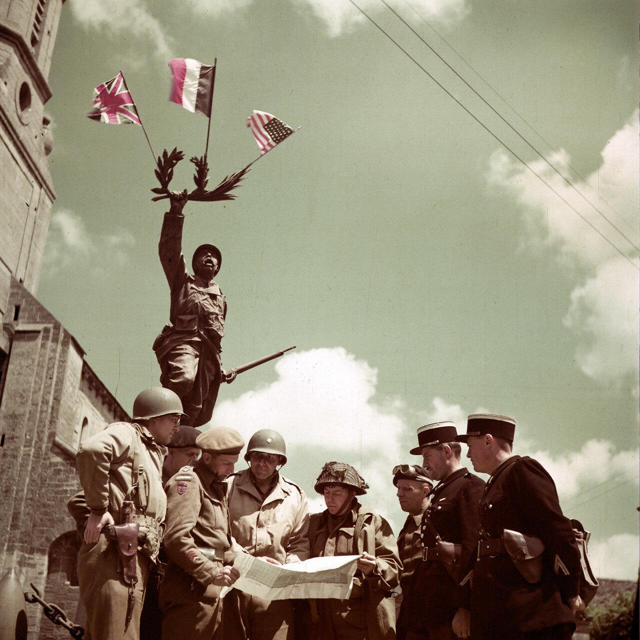 30. Крёлли. Мемориал в память о Первой Мировой Войне, на который прицеплены английский американский и французский флаги