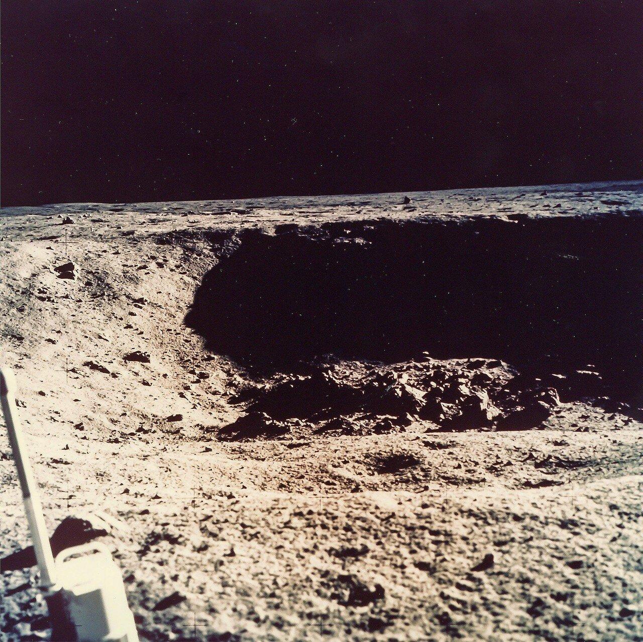 На высоте около 460 м Армстронг увидел, что автопилот ведёт корабль в точку на ближнем краю большого кратера, окружённого полем валунов до 2—3 метров в поперечнике (позднее было установлено, что это кратер Уэст, диаметром 165 м).  На снимке кратер Уэст