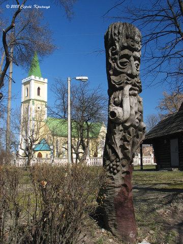 Городище.«Декабрь» - скульптурная композиция рядом с церковью