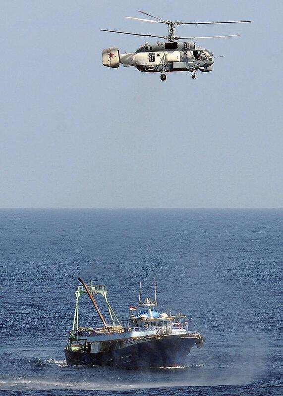 russian-copter-investigates-trawler