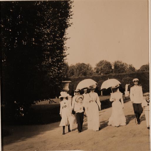 Княгиня З.Н.Юсупова со своими гостями во время прогулки по имению