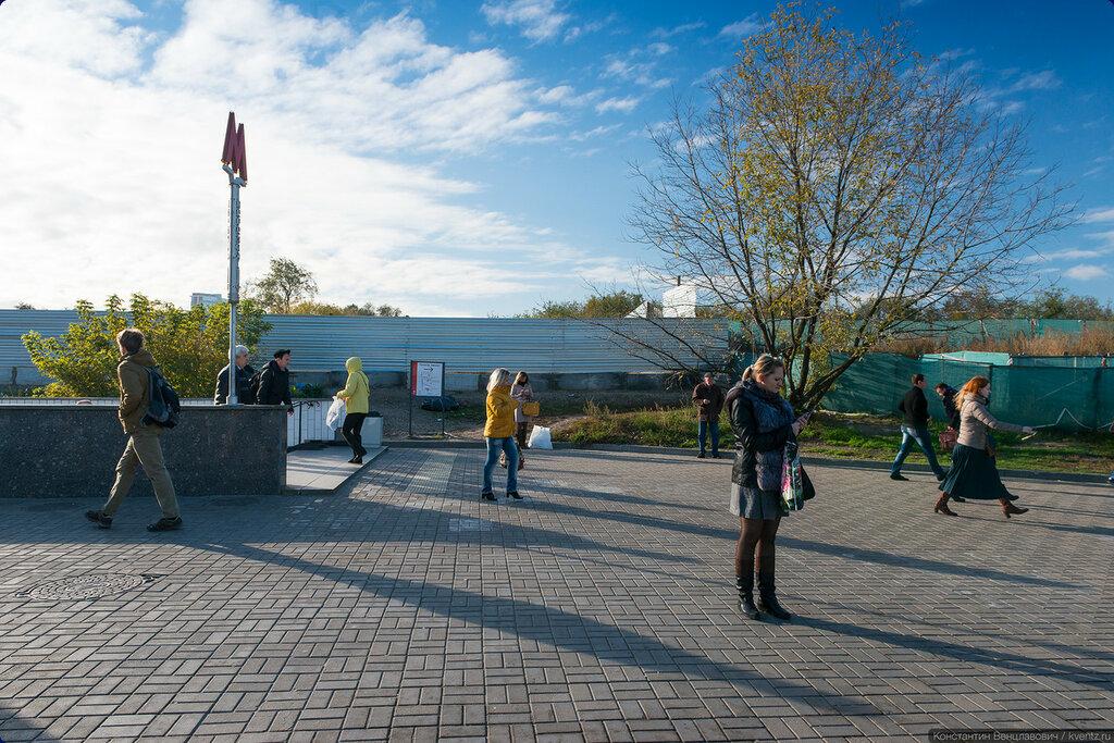 Строительную площадку возле северного вестибюля Ботанического сада окружили забором