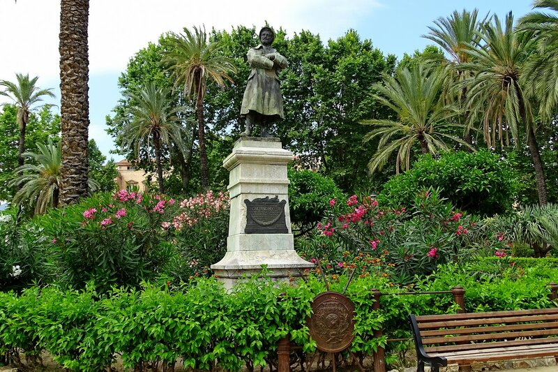 Палермо. Сквер Вилла Бонанно (Villa Bonanno). Памятник Каэтано Буккери..JPG