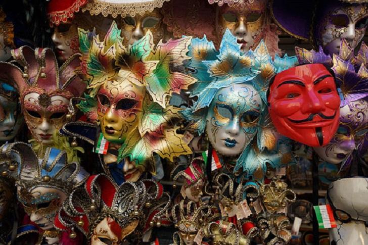 10. Традиция одеваться в костюмы берет начало из средневековых маскарадов и масок Гай Фокса (на 5 но