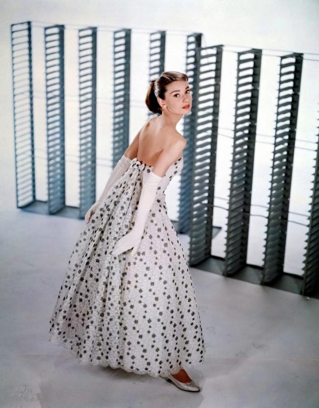 Хепберн снимается на студии Paramount для рекламы своего нового фильма «Забавная мордашка». Апрель 1