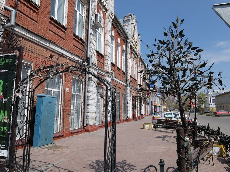 Барнаул - ворота перед музеем Город