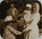 Анна с мамой няней и сестрой Мариной. В Таврическом саду Петроград 1918 год