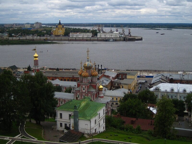 Строгановская церковь и Cобор Александра Невского (на дальнем берегу реки)