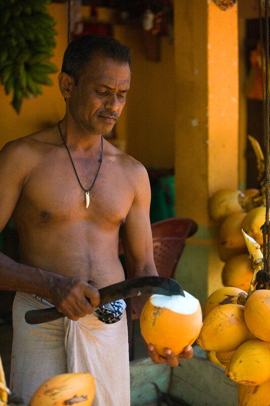 Продавец питных кокосов.