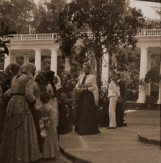 Княгиня З.Н.Юсупова с крестьянами.Архангельское.За спиной княгини - ее младший сын Феликс.