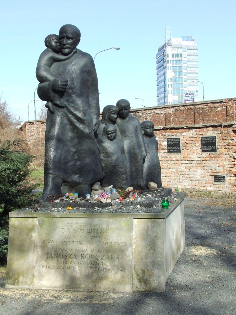 Кенотаф Януша Корчака на еврейском кладбище Варшавы