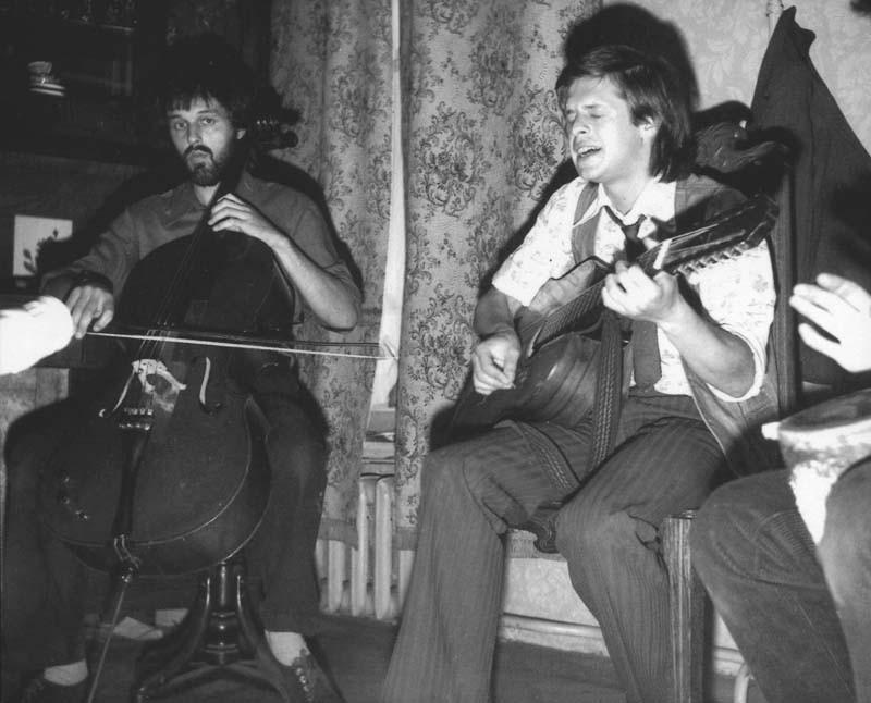 Помимо музыкальных, часто устраивались поэтические квартирники, где авторы декламировали стихи класс