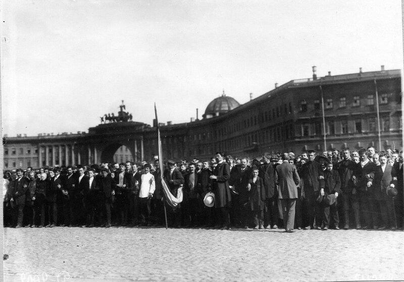 Толпа манифестантов на Дворцовой площади в ожидании чтения манифеста об объявлении войны Германии.