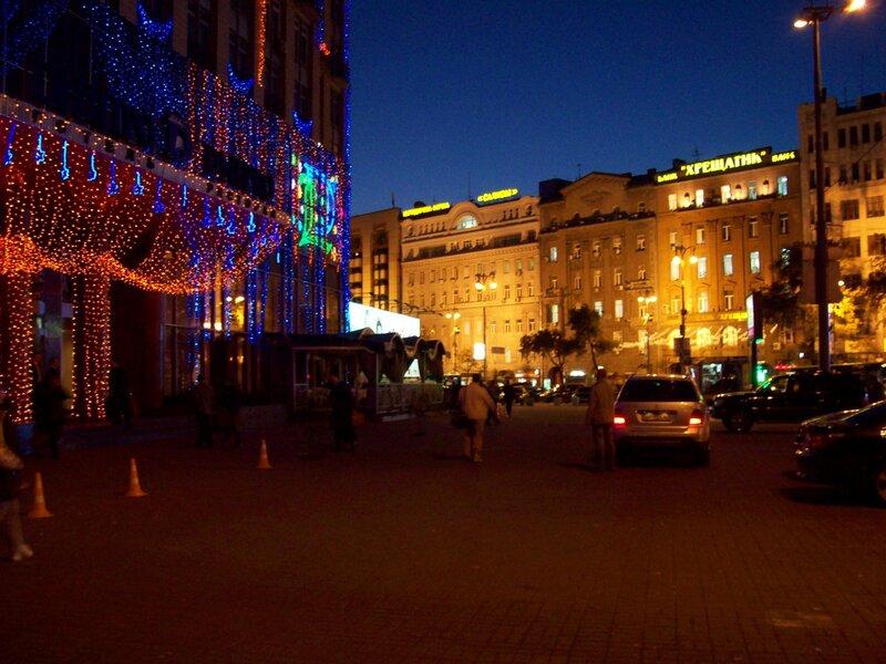 Вход в гостиницу Днепр в ночное время
