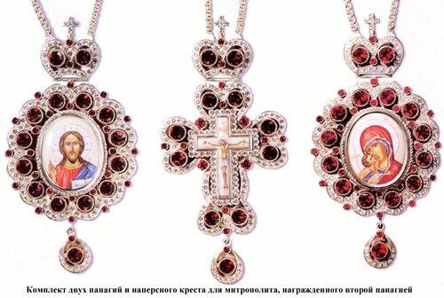 На груди священник при богослужении носит наперсный крест (от старослав. перси - грудь ), а епископы - крест с украшениями и панагию - небольшой круглый образ Спасителя или Божией Матери. Для архиерея наградой может быть вторая панагия.