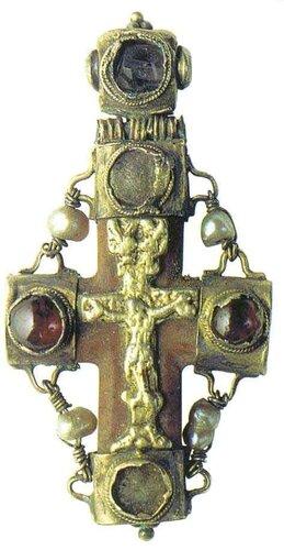 Крест-мощевик наперстный Россия (?), конец XVI века. Камень, серебро, альмандины, жемчуг, стекло; литье, скань, резьба, золочение.