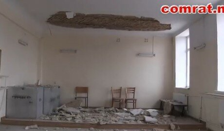 Потолок обвалился на выступающих в Доме культуры в Гагаузии