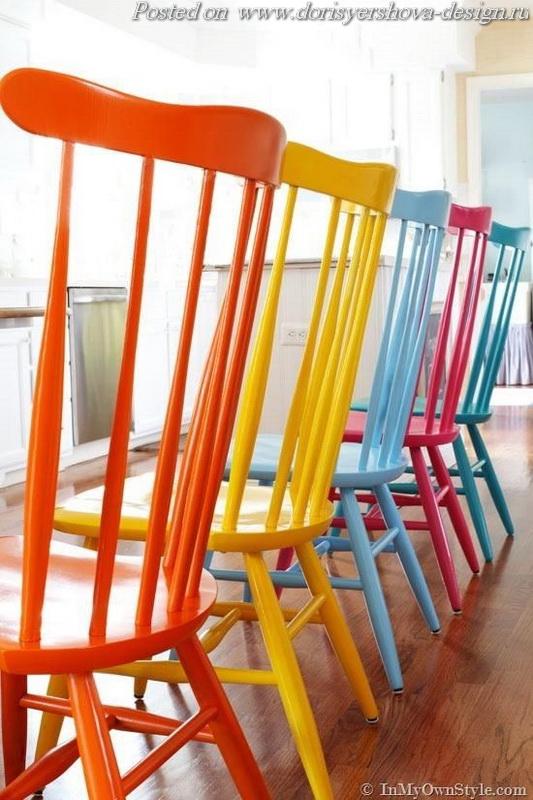 расписные стулья, табуреты, скамейки, яркий цвет в интерьере, стулья из дерева, цветные стулья на кухне, цветные стулья в столовой, интерьер, дизайн интерьера, оранжевй, желтый, бирюзовый, деревянная мебель