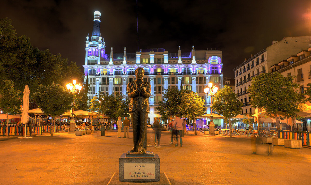 Ночной Мадрид. Площадь Санта-Ана. Памятник Гарсиа Лорке
