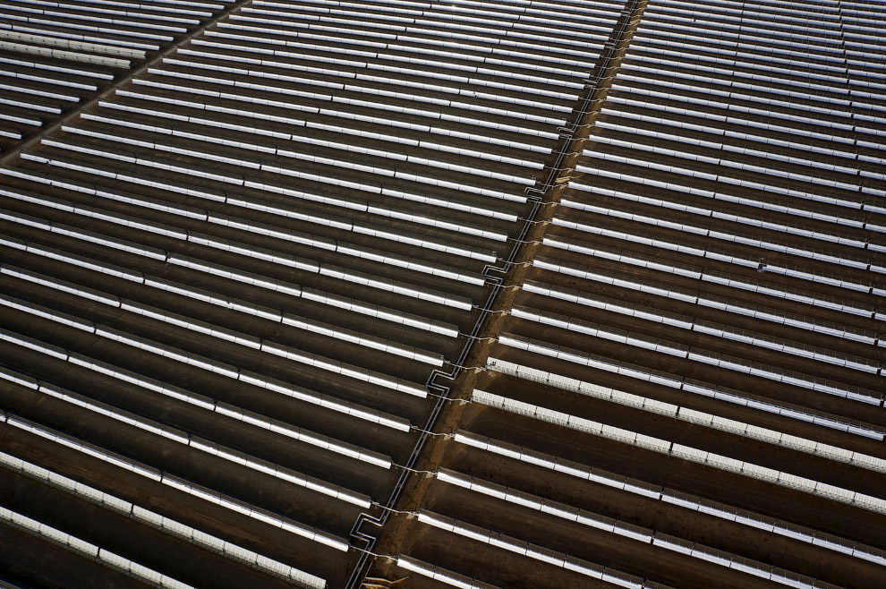 3. В коллекторе солнечной электростанции Андасол находятся трубки с расплавленной солью внутри, кото