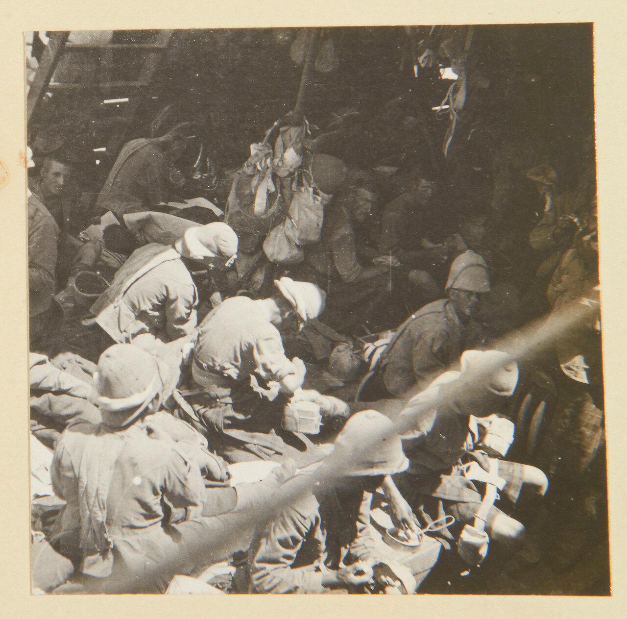 Солдаты Собственного королевского Камерон-хайлендерского полка стирают свою одежду после девяти месяцев грязи. Сентябрь 1898