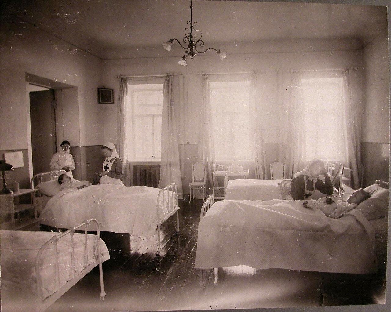 08. Сестры милосердия у постелей больных в общей палате лазарета общины