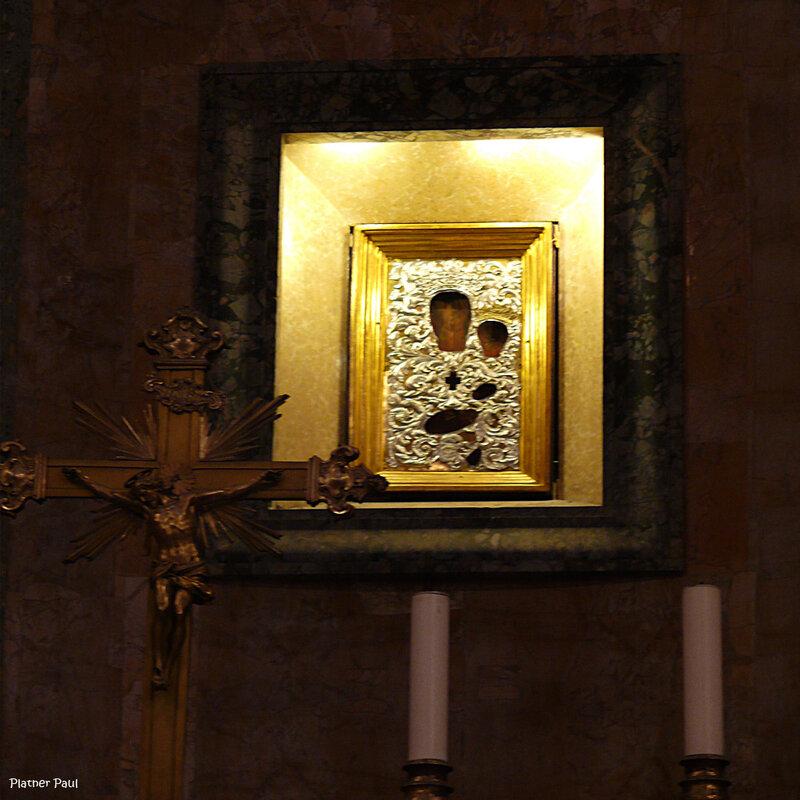 напротив центрального входа можно видеть апсиду с алтарем и Иконой на стене в серебряном окладе...
