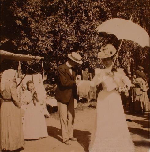 Княгиня З.Н.Юсупова у лотков с товарами во время ярмарки, проходившей в имении князей Юсуповых