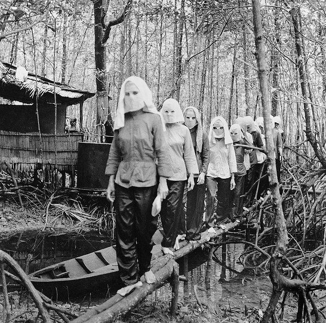 Активисты, собирающиеся в лесу Нам Кан, скрывают свои лица друг от друга (1972г.)