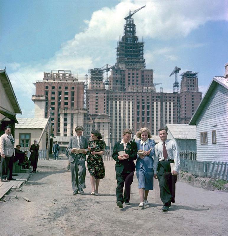 1951 Комсомольцы-облицовщики - ученики школы рабочеи молодежи Слева с фотоаппаратом - корреспондент Яков Халип.jpg