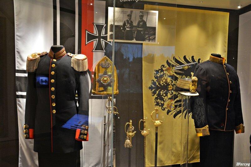 Немецкие офицерские мундиры и холодное оружие