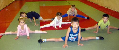 Занятия акробатикой - шпагат
