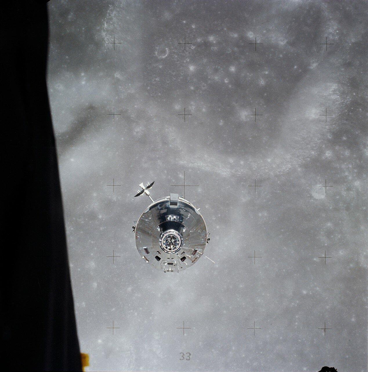Янг и Дьюк осмотрели и сфотографировали «Каспер» и отсек научной аппаратуры служебного модуля.  На снимке: «Каспер» приближается к лунному модулю, из которого был сделан этот снимок