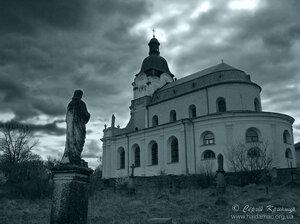 Микулинці. Старий польський цвинтар поруч з костелом.