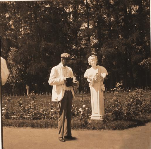 Гости семьи князей Юсуповых в парке имения