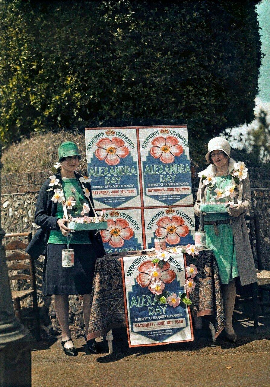 Девушки, продающие бумажные цветы в рамках благотворительной акции в День Александры, Сифорд, Восточный Сассекс