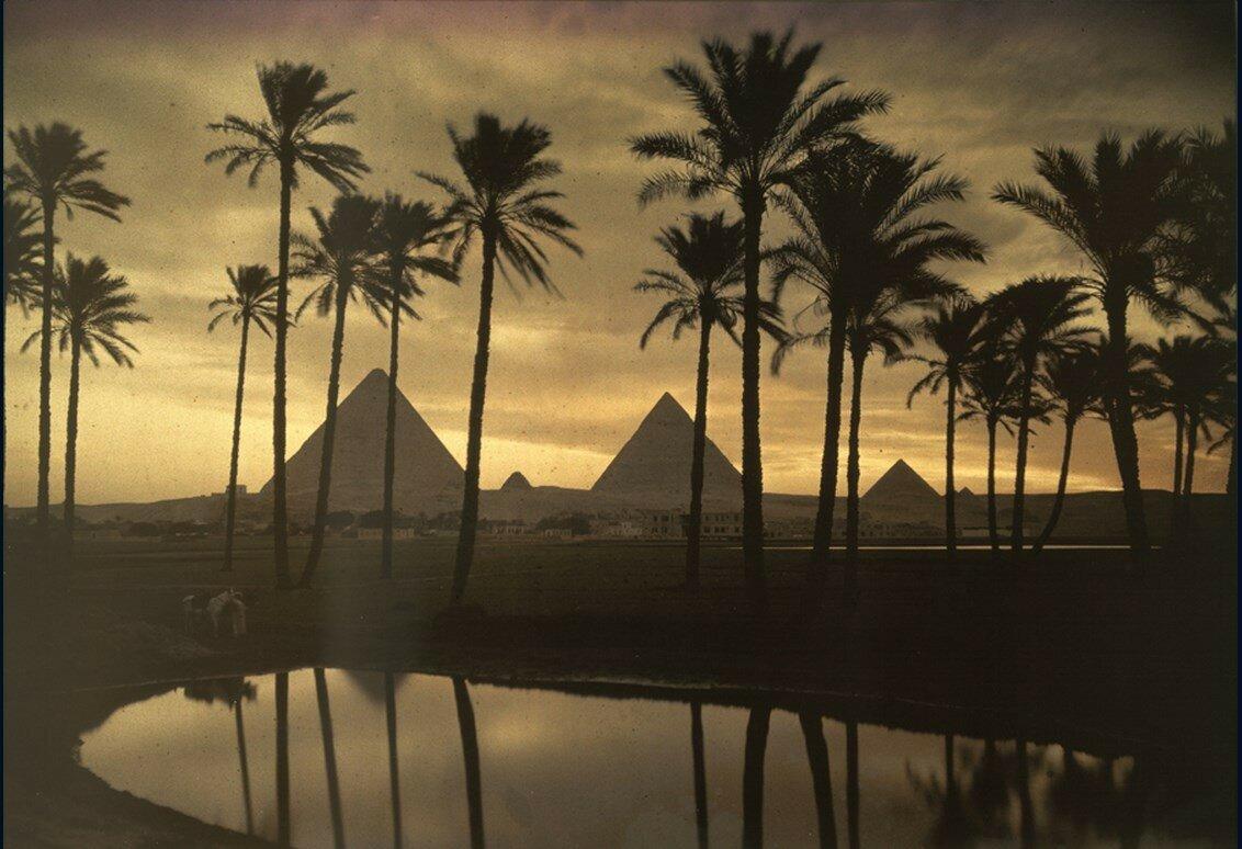 1926. Египет. Три пирамиды в Гизе отражаются в пруду