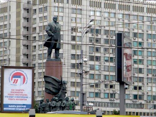 И Ленин такой молодой (у м.Октябрьская)*