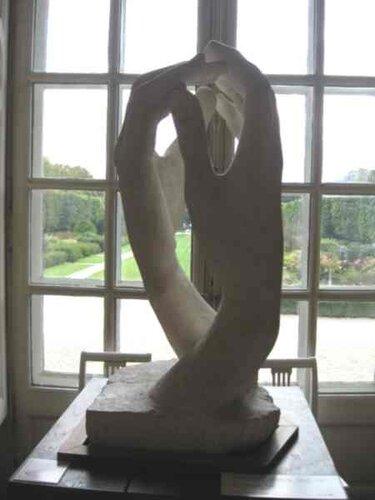 Скульптура на фоне стекол
