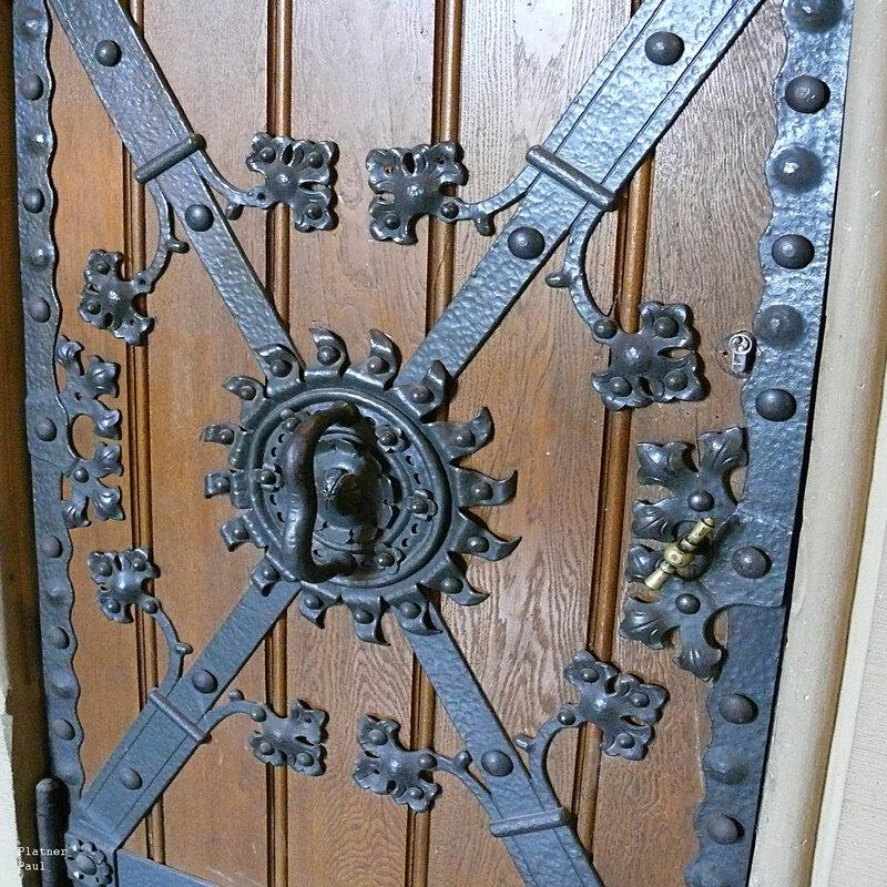 очень красивая дверь в Аахенской ратуше.....