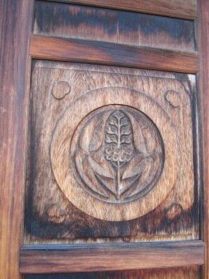 Герб на двери в замке Фукуяма