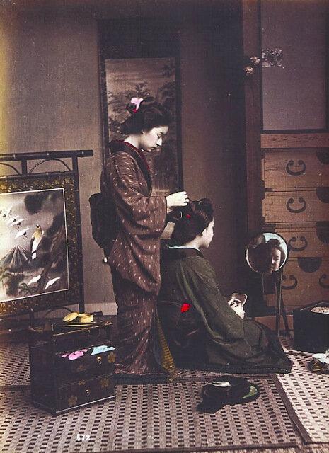 Женский парикмахер делает прическу
