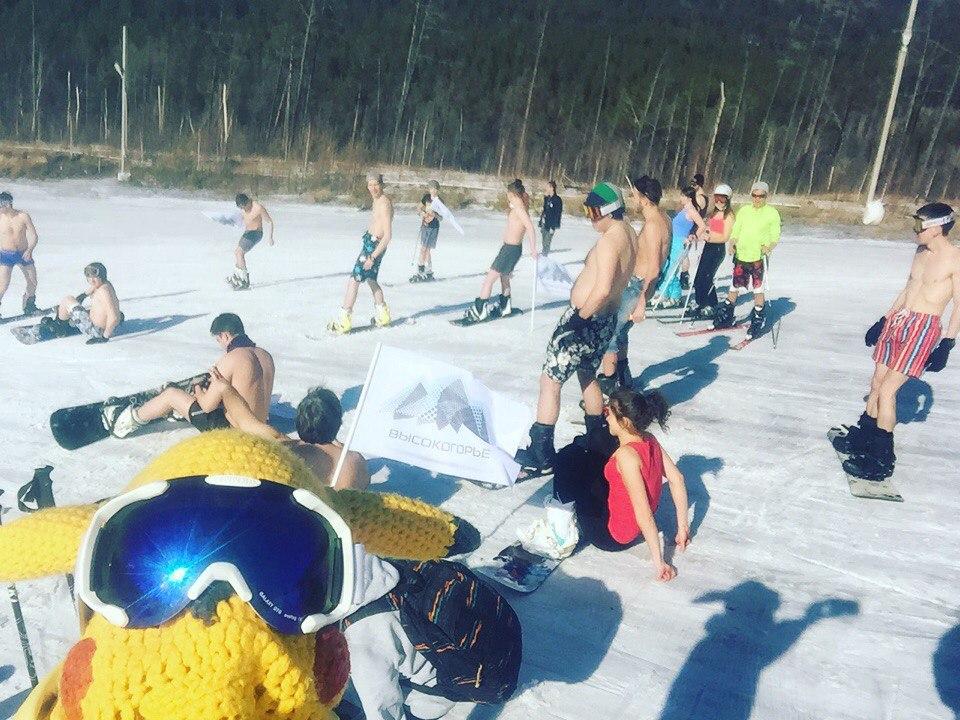 Читинцы прокатились на сноубордах в купальниках и трусах
