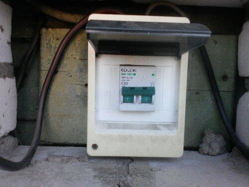 Срочный вызов электрика аварийной службы в частный дом из-за выгорания контакта вводного автоматического выключателя